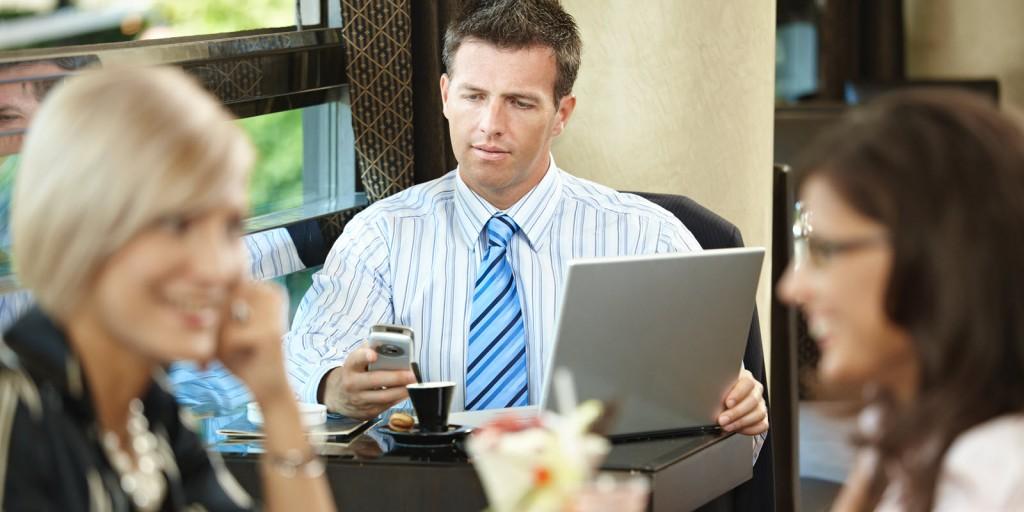 Persone sedute parlano e navigano in un locale con Internet hotspot