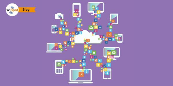 Immagine flat raffigurante lo scambio di dati e informazioni tra dispositivi portatili e server cloud su Internet