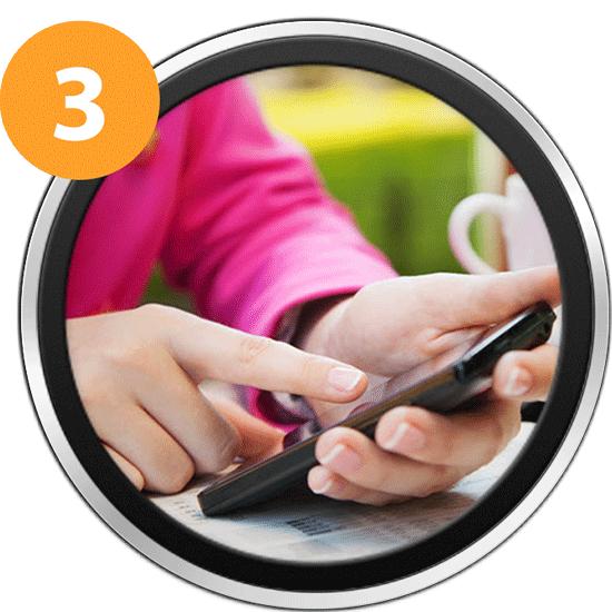 Immagine che illlustra un utente intento a navigare dal suo smartphone sfruttando la connessione all'Hotspot Wi Fi di un locale.