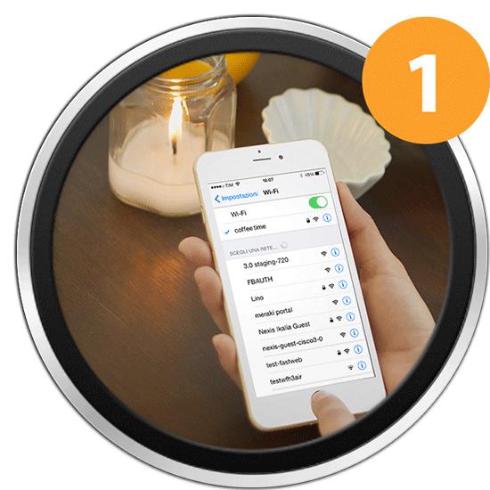 Immagine raffigurante un utente che cerca la rete hotspot WiFi di WiSpot per connettere il suo smartphone a Internet.