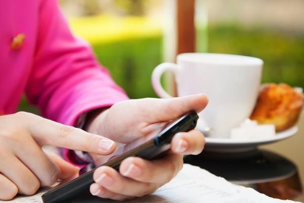 Persona che si connette a hotspot wi-fi in un locale
