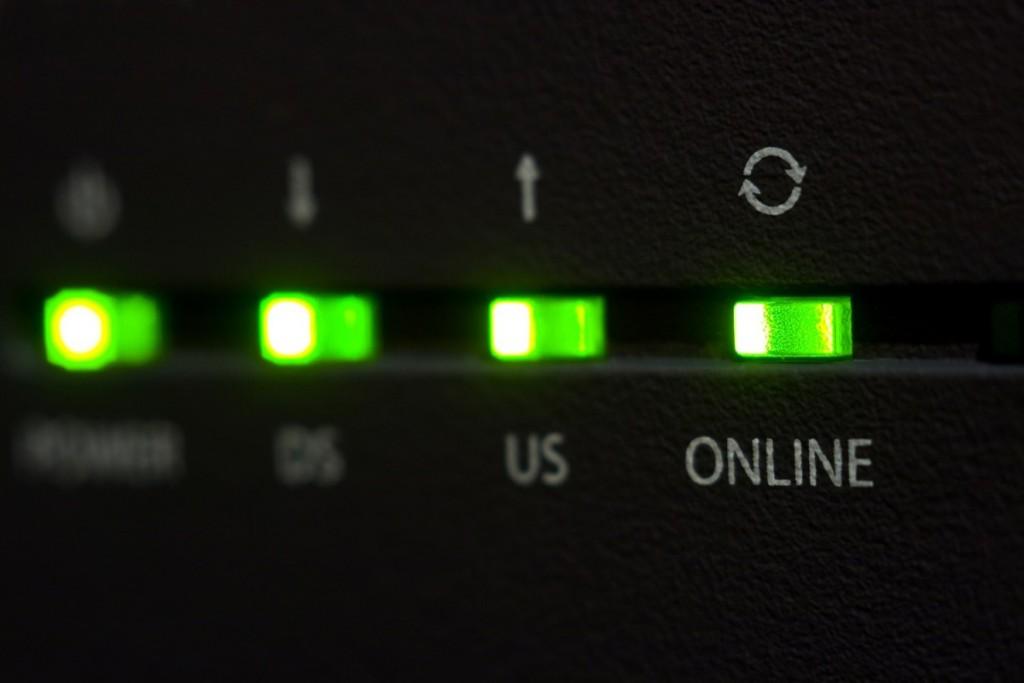 particolare di un modem connesso a Internet.