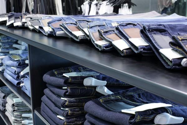 Bancone di un jeans store con pantaloni esposti.