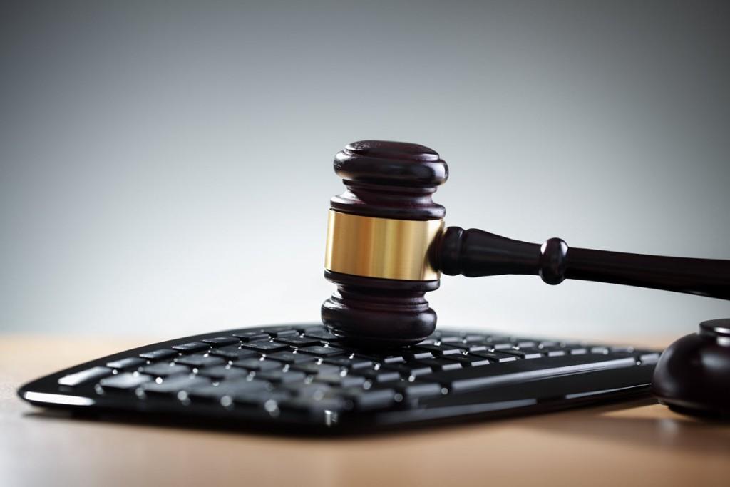 Un martello da giudice battuto su una tastiera da pc.