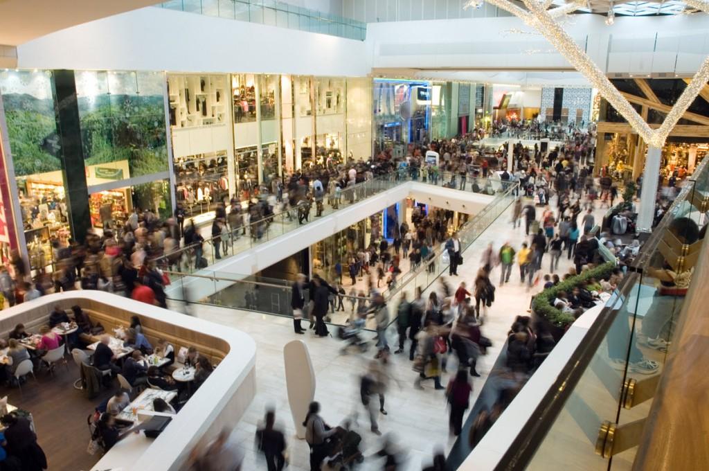 Immagine di un centro commerciale pieno di persone.