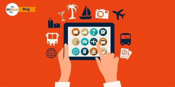 Immagine flat di una mano che regge un tablet su cui sono visualizzate icone di e-commerce e turismo.
