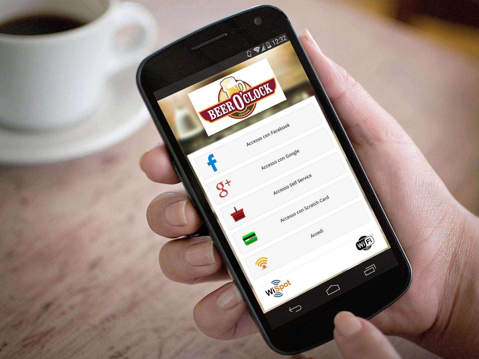 Pagina di accesso a INternet di WiSpot mostrata su uno smartphone sorretto dalla mano di un uomo.
