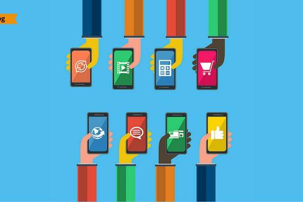 8 braccia umane con in mano degli smartphone su cui sono visualizzate icone relative al mondo digital.