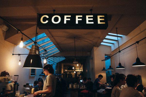 L'insegna di una caffetteria e una vista parziale del locale.
