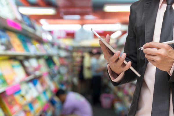 Un uomo utilizza un tablet in un negozio.